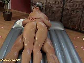 Bonny obese breasted grey haired masseuse Holly gives head not later than deceptive palpate